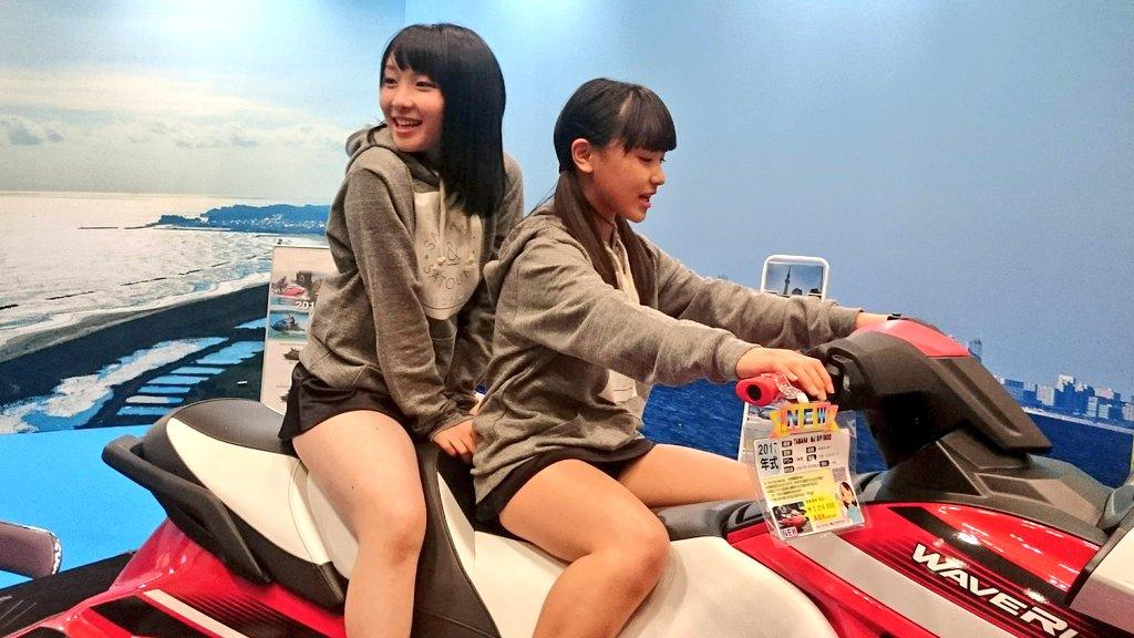 女子高生 ミニスカ制服の二人組み ジェットスキーに跨る!