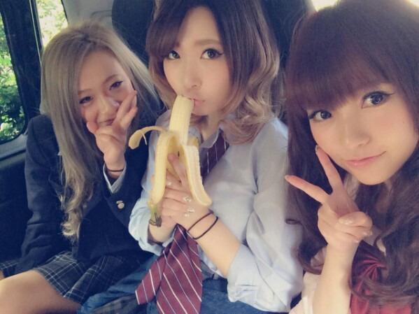 女子高生 バナナの食べ方がエッチすぎて停学処分に・・・